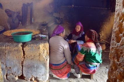 Wietnam, okolice Bac Ha, kobiety z mniejszości Hmong w kuchni