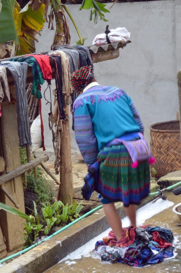 Wietnam, okolice Bac Ha, kobieta z mniejszości Hmong pierze ubrania