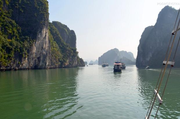 Wietnam, Halong Bay, rejs statkiem wśród skał, skałek, wysepek