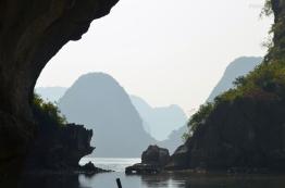 Wietnam, Halong Bay, tratwo-łupinką wokół skał
