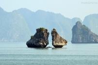 Wietnam, Halong Bay, Całujące Się Skały w kształcie kurczaków (Kissing Chicken Rocks)