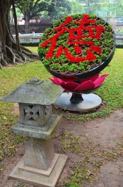 Wietnam, Hanoi, kwiaty na dziedzińcu Temple of Literature (Văn Miếu)