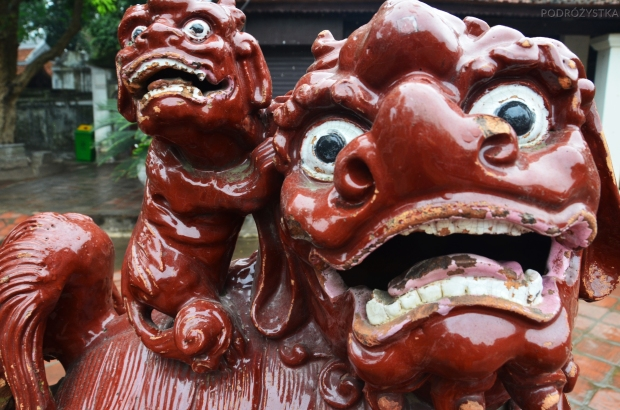 Wietnam, Hanoi, posąg na dziedzińcu Temple of Literature (Văn Miếu)