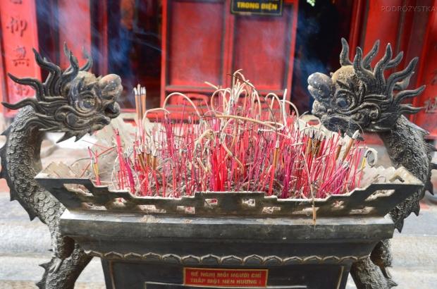 Wietnam, Hanoi, kadzidełka przed salą Konfucjusza, Temple of Literature (Văn Miếu)