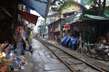 Wietnam, Hanoi, tory przechodzące przy stragany