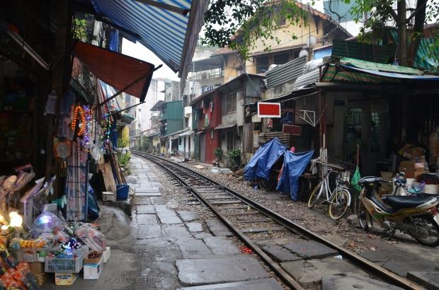 Wietnam, Hanoi, tory przechodzące przez stragany