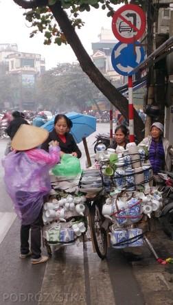 Wietnam, Hanoi, obwoźny sprzedawca porcelany