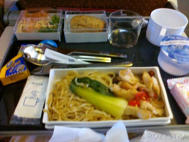 W samolocie Singapore Airlines, posiłek