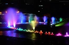 Malezja, Kuala Lumpur, kolorowe fontanny przed Petronas Towers
