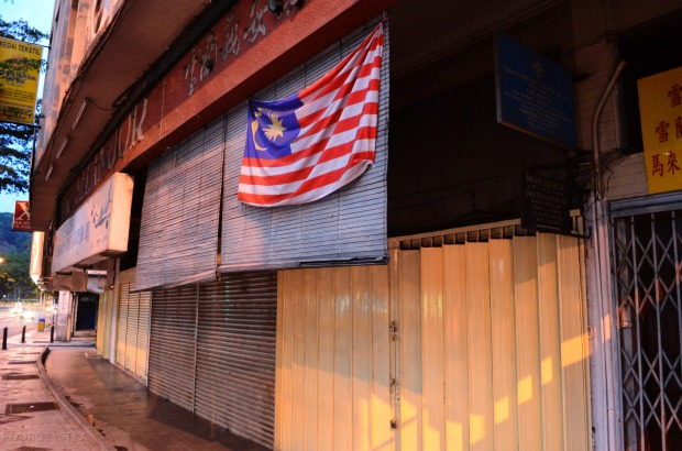 Malezja, Kuala Lumpur, zamknięte sklepy o zmroku