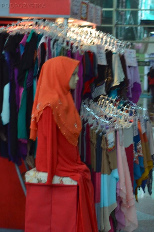 Malezja, Kuala Lumpur, stragan na dworcu oferujący hidżaby, nikaby i burki