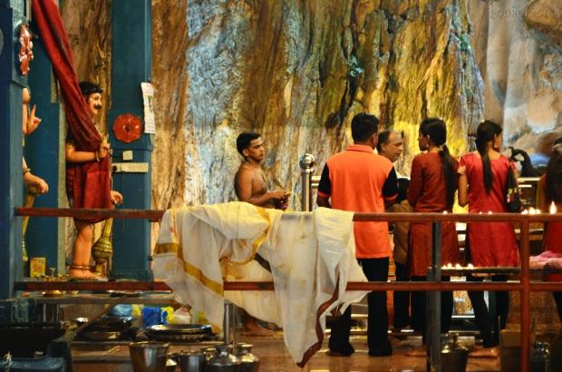 Malezja, okolice Kuala Lumpur, Batu Caves - jaskinie Batu, obrządek religijny w głównej świątyni