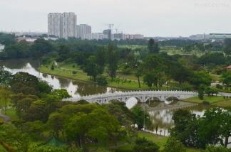 Singapur, Chinese and Japanese Garden - Ogród Chiński i Japoński - widok z 7-mego piętra pagody na most do japońskiego ogrodu