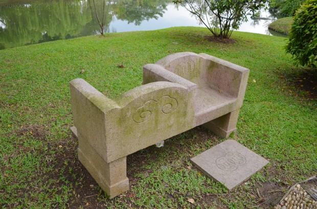 Singapur, Chinese and Japanese Garden - Ogród Chiński i Japoński - ławeczka dla pokłóconych