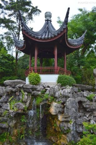 Singapur, Chinese and Japanese Garden - Ogród Chiński i Japoński - mini-wodospad w ogrodzie bonsai