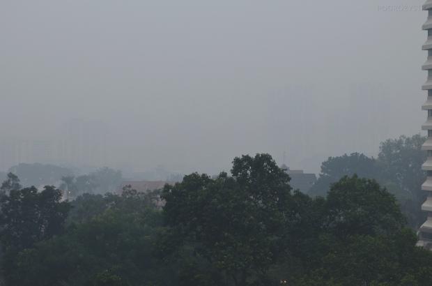 Singapur, widok z okna z zanieczyszczeniem powietrza..