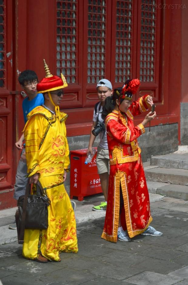 Chiny, Pekin, Zakazane Miasto, turyści w wynajętych strojach ludowych (upał 30 stopni..)