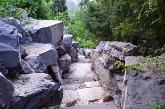 Chiny, Pekin, Jingshan Park, skaliste wejście na wzgórze