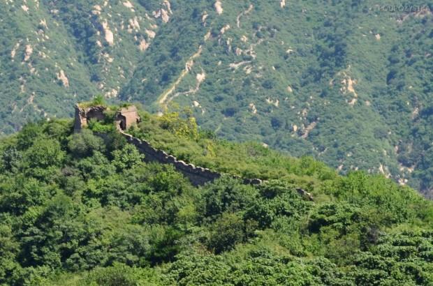 Chiny, okolice Mutianyu, Wielki Mur Chiński, widok na nieodrestaurowaną część Muru