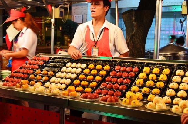 Chiny, Pekin, Night Market na Donghuamen Street, świnki, pieski, różyczki zrobione nie wiadomo z czego