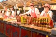 Chiny, Pekin, Night Market na Donghuamen Street, owoce w obrzydliwie słodkiej glazurze