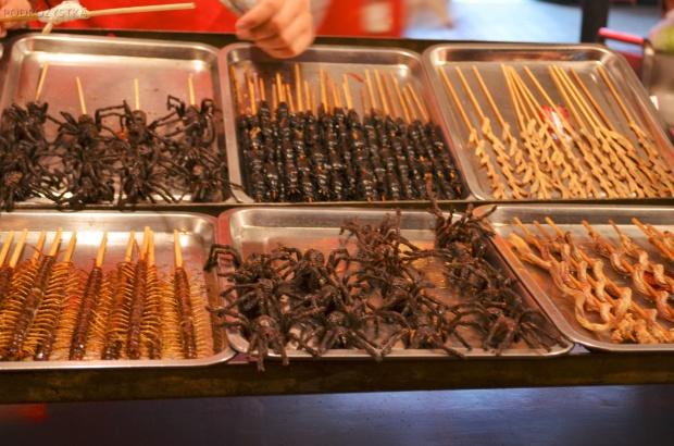 Chiny, Pekin, Night Market na Donghuamen Street, grillowane pająki, stonogi i inne