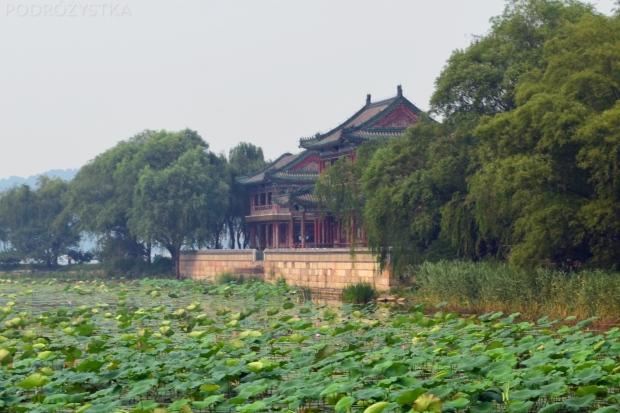 Chiny, Pekin, Summer Palace, widok na pawilon po prawej stronie jeziora