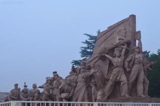 Chiny, Pekin, pomnik przy wejściu do Mauzoleum Mao