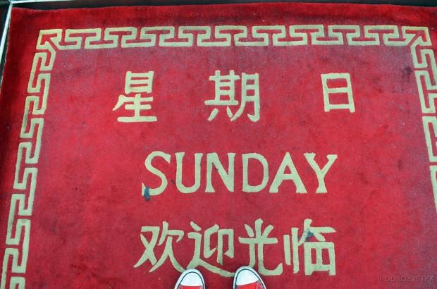 Chiny, Pekin, codziennie w windzie hotelu czekał dywanik z odpowiednią nazwą dnia tygodnia