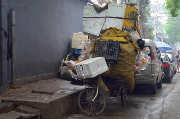 Chiny, Pekin, perfekcyjnie zapakowany rower w hutongach