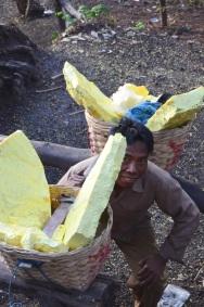 Indonezja, wyspa Java, wulkan Ijen, górnik z koszami pełnymi siarki