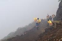 Indonezja, wyspa Java, wulkan Ijen, górnicy z koszami pełnymi siarki