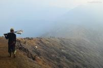 Indonezja, wyspa Java, wulkan Ijen, grań/zbocze krateru, po prawej spad na zewnątrz, po lewej do wnętrza krateru