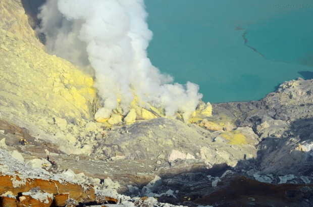 Indonezja, wyspa Java, wulkan Ijen, dymiąca siarka w kraterze