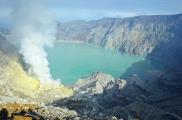 Indonezja, wyspa Java, wulkan Ijen, jezioro kwasu siarkowego