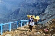 Indonezja, wyspa Java, wulkan Ijen, górnik kończy spacer pod górę, teraz 3,5km w dół