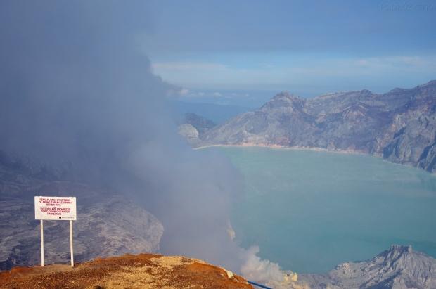 Indonezja, wyspa Java, wulkan Ijen, szkodliwe opary unoszące się z krateru