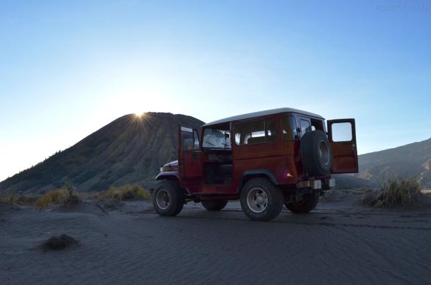 Indonezja, wyspa Java, okolice wulkanu Bromo, metalowy rumak na pustyni pyłu wulkanicznego