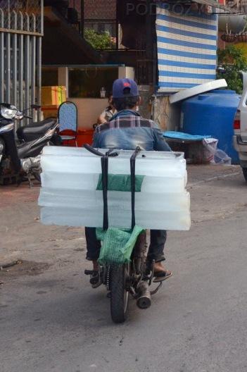 Kambodża, Phnom Penh, lód do Twojego wieczornego drinka już jedzie!