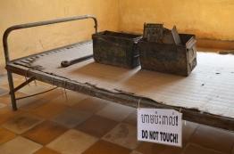 """Kambodża, Phnom Penh, muzeum ludobójstwa Tuol Sleng, """"luksusowa"""" cela dla więźniów z wyższych stołków"""