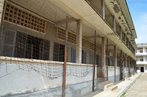 Kambodża, Phnom Penh, muzeum ludobójstwa Tuol Sleng, budynek C, cele dla zwykłych więźniów