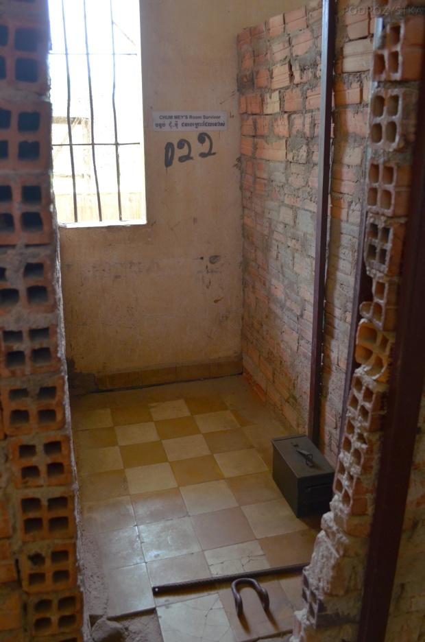 Kambodża, Phnom Penh, muzeum ludobójstwa Tuol Sleng, cela przeciętnego więźnia