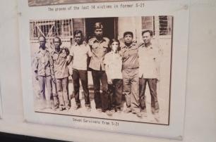 Kambodża, Phnom Penh, muzeum ludobójstwa Tuol Sleng, siedmiu ocalonych więźnió