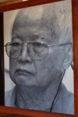 Kambodża, Phnom Penh, muzeum ludobójstwa Tuol Sleng, portret jednego z przywódców reżimu