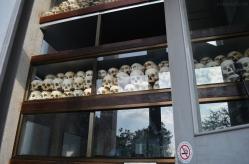Kambodża, Phnom Penh, Killing Fields, czaszki wypełniają wiele pięter stupy