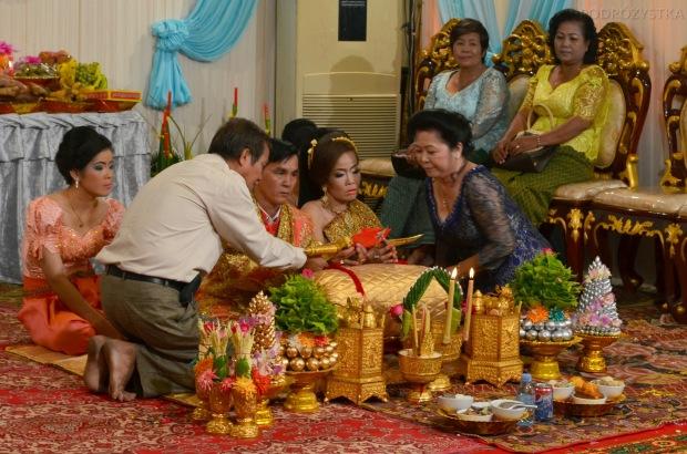 """Kambodża, Phnom Penh, """"szczęśliwi"""" nowożeńcy podczas rytuału"""