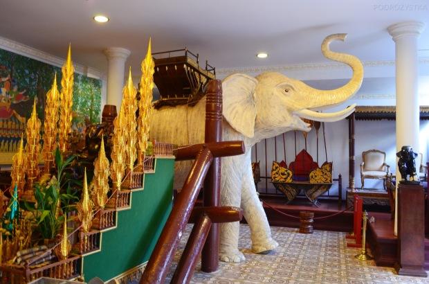 Kambodża, Phnom Penh, kompleks Pałacu Królewskiego, a tak się wsiada na słonia!