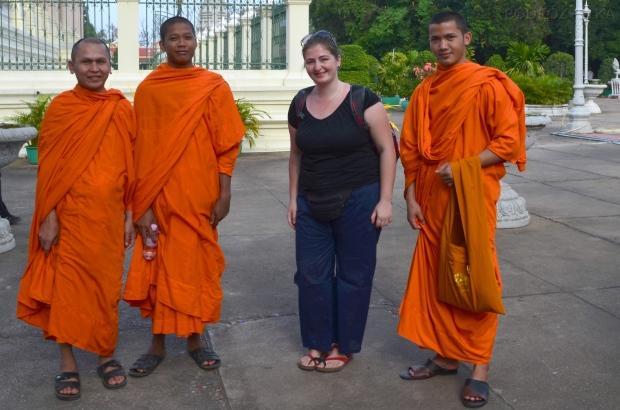 Kambodża, Phnom Penh, kompleks Pałacu Królewskiego, z mnichami