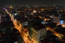 Kambodża, Phnom Penh, widok na stolicę, w niewielu mieszkaniach pali się światło , mimo że nie ma nawet 21.00