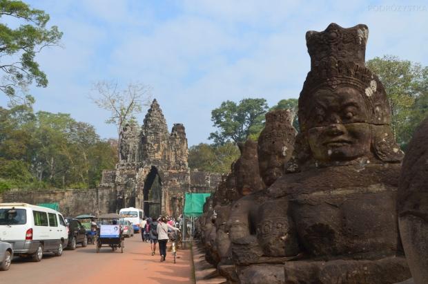 Kambodża, Siem Reap, boscy strażnicy, wjazd od strony Angkor War